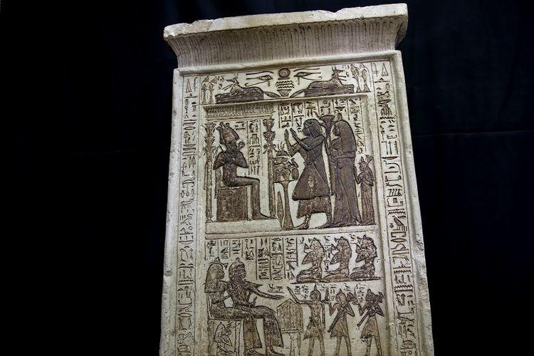 Sebuah koleksi artefak kuno yang dipamerkan arkeolog Mesir Zahi Hawass dan timnya ditemukan di sebuah pekuburan yang luas, di Saqqara, selatan Kairo, Mesir, Minggu, 17 Januari 2021.