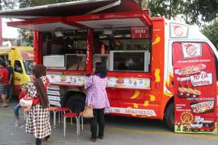 Food truck yang diadakan oleh Jungleland ini menyediakan lebih dari 10 jenis makanan dan minuman yang berbeda-beda.