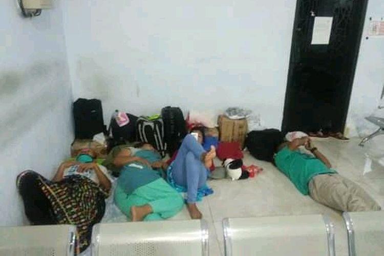 Foto : Para penumpang asal NTT terpaksa tidur di kursi dan lantai ruang tunggu pelabuhan Sape, NTB, Kamis (24/4/2020).