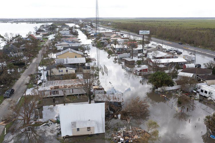 Dalam foto udara yang diambil dengan pesawat tak berawak ini, air banjir mengelilingi rumah-rumah yang rusak akibat badai, Selasa, 31 Agustus 2021, di Paroki Lafourche, La., saat warga berusaha memulihkan diri dari dampak Badai Ida.