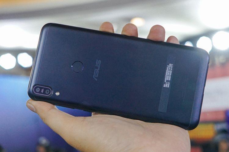 Sisi belakang Asus ZenFone Max Pro M1, varian warna Deepsea Black. Terdapat pemindai sidik jari berbentk bunar.