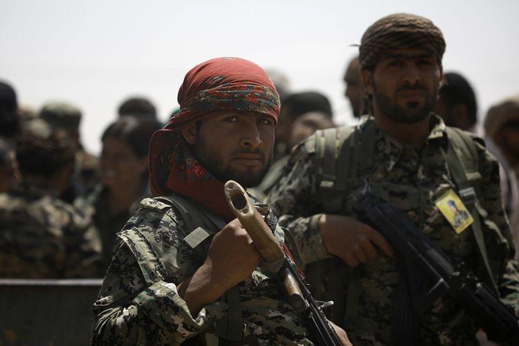 Pasukan SDF bersiaga di desa Hazima sebelah utara kota Raqqa, Suriah sebelum meluncurkan serangan terhadap kota yang diduduki ISIS itu.