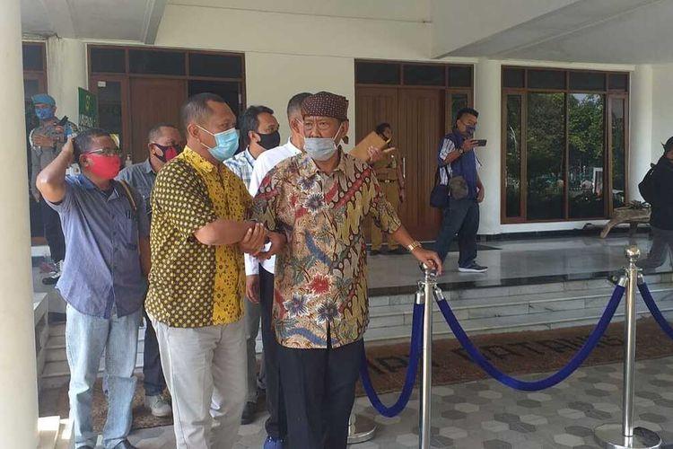 Penyelenggara panggung Rhoma Irama, Surya Atmaja saat menjalani pemeriksaan secara tertutup dihadiri Gugus Tugas terdiri dari TNI/Polri sampai Ketua Gugus Tugas Bupati Bogor Ade Yasin, di kantor Sekretariat Daerah (Sekda) Cibinong, Kabupaten Bogor, Jawa Barat, Selasa (30/6/2020).