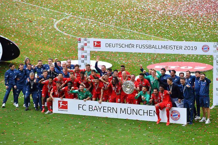 Para pemain Bayern Muenchen melakukan selebrasi kemenangan dengan trofi juara usai melawan Eintracht Frankfurt pada pertandingan Bundesliga di Allianz Arena, Jerman, Sabtu (18/5/2019). Bayern Muenchen berhasil memastikan gelar juara Bundesliga musim 2018-2019 setelah pada pekan terakhir atau ke-34 mengalahkan Eintracht Frankfurt dengan skor 5-1.