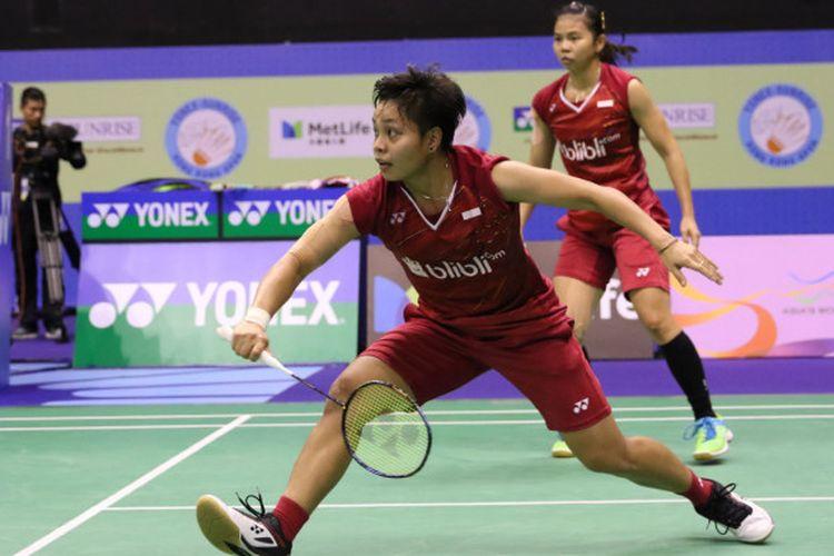 Greysia Polii/Apriyani Rahayu (depan) di semifinal Hong Kong Open 2017 saat melawan ganda putri China, Huang Dongping/Li Wenmei, di Hong Kong Coliseum, Kowloon pada Sabtu (25/11/2017).