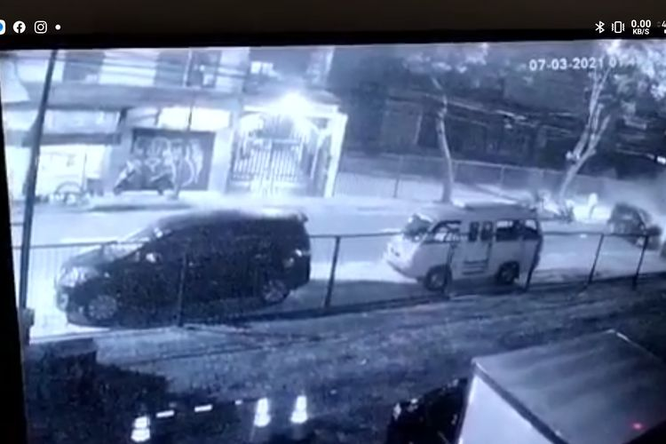 Tangkapan layar video tabrakan mobil di Jalan Cipete Raya, Jakarta Selatan yang terekam CCTV, Minggu (7/3/2021)