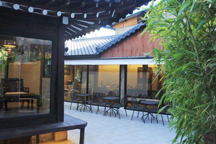 Pemilik kafe, Grace Jun mengatakan, tempat ini telah menjadi salah satu destinasi wisata untuk menikmati kekayaan budaya Korea.