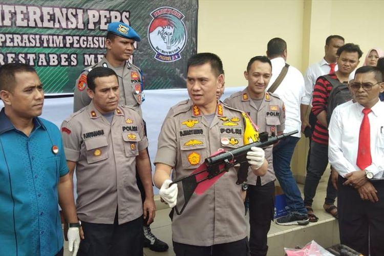Kapolrestabes Medan Kombes Pol Dadang Hartanto menunjukkan senjata api laras panjang rakitan saat memaparkan pengungkapan kasus kejahatan 3 C di Medan, Senin (22/7/2019).