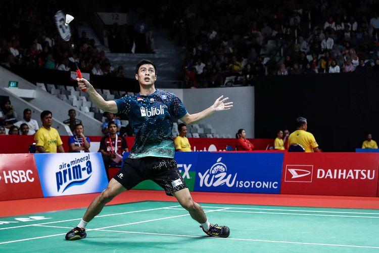 Pebulu tangkis tunggal putra Indonesia, Shesar Hiren Rhustavito melawan wakil Denmark, Viktor Axelsen saat pertandingan babak kedua Indonesia Masters 2020 di Istora Senayan, Jakarta, Kamis (16/1/2020). Shesar Hiren Rhustavito kalah 17-21, 14-21.