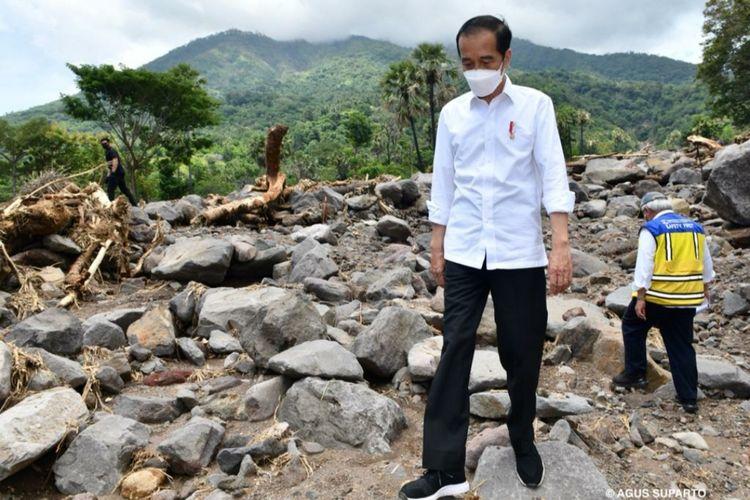 Presiden Joko Widodo meninjau lokasi bencana yang terletak Desa Amakaka, Kecamatan Ile Ape, Kabupaten Lembata, Provinsi NTT, Jumat (9/4/2021).