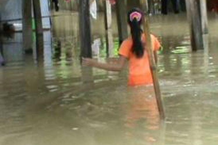 Hujan selama hampir 24 jam, hingga Kamis (11/7/2013), menyebabkan sejumlah kawasan di Pinrang, Sulawesi Selatan, terendam banjir dengan ketinggian air mencapai 1,5 meter.