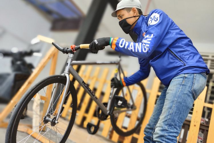Sandi (39), perintis dan pemilik usaha kurir sepeda @orangbaikmassenger di Kota Tasikmalaya, mampu bertahan saat Pandemi Corona dengan keunggulan bebas polusi dan packaging unik bagi tiap pelanggannya, Kamis (5/11/2020).