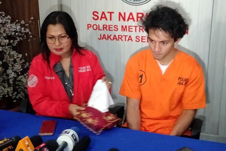 Jefri Nichol (Kanan) dan Kasat Narkoba Polres Jakarta Selatan, Komisaris Vivick Tjangkung di Mapolres Metro Jakarta Selatan, Kamis (25/7/2019)