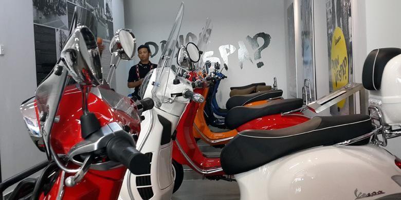 Deretan sepeda motor Vespa di diler baru mereka dasrah