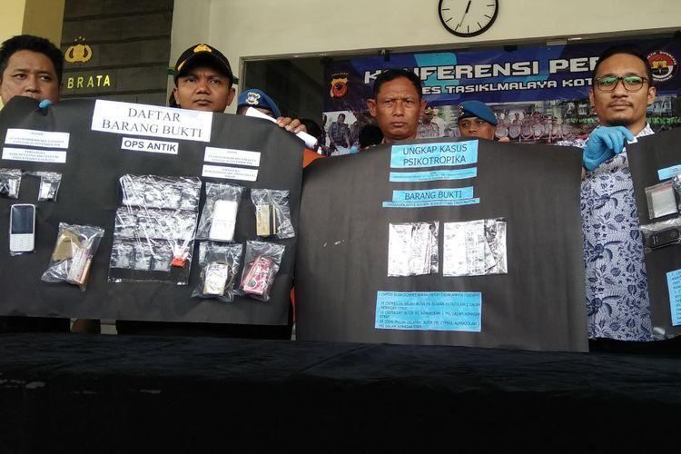 Wakapolres Tasikmalaya Kota Kompol Widi Setiawan, menunjukkan barang bukti narkoba jenis sabu, ganja dan psikotropika di Mako Polres, Kamis (6/12/2018).