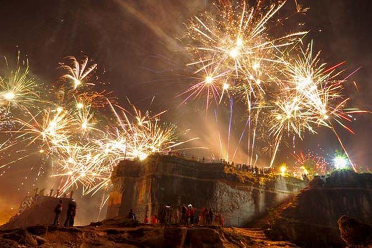 Perayaan tahun baru yang meriah dengan kembang api di Tebing Breksi, Yogyakarta