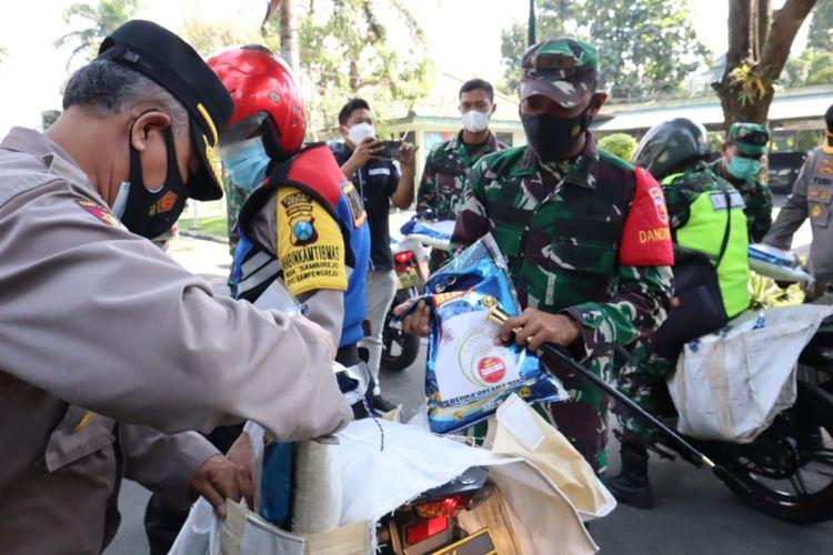 Kodim 0809 Kediri, Jawa Timur, membagikan 30 ton beras bagi warga terdampak pandemi, Kamis (22/7/2021).