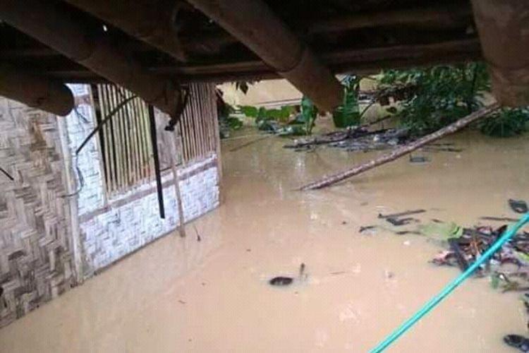 Hujan yang mengguyur sebagian besar wilayah Kabupaten Lebak sejak Sabtu (6/12/2020) malam menyebabkan banjir di sejumlah tempat.