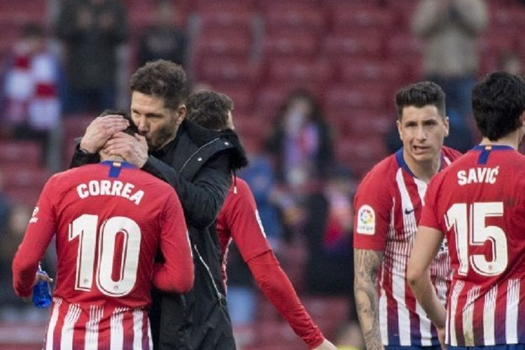 Diego Simeone menyelamati Angel Correa seusai laga Atletico Madrid vs Deportivo Alaves di Stadion Wanda Metropolitano dalam lanjutan La Liga Spanyol, 8 Desember 2018.