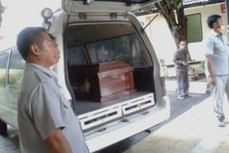 Jenazah Feby Lorita telah diambil oleh keluarganya dari RS Polri Kramat Jati, Jakarta Timur, Minggu (2/2/2014) sore. Feby ditemukan tewas dalam bagasi mobil Nissan March miliknya di Tempat Pemakaman Umum Kebon Kelapa, Jakarta Timur, Rabu (29/1/2014).