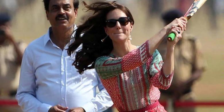Kate Middleton disaksikan mantan pemain kriket India Dilip Vengsarkar (kiri) saat bermain kriket bersama anak-anak penerima manfaat dari sebuah LSM di The Oval Maidan di Mumbai, 10 April 2016. Pangeran William dan Kate Middleton melakukan kunjungan dinas kerajaan Inggris di India selama 7 hari.