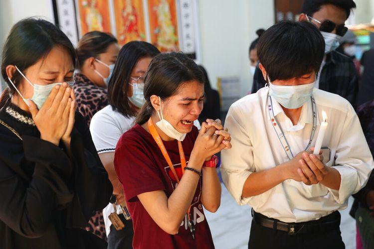 Orang-orang menangis ketika melihat tubuh Kyal Sin, yang juga dikenal dengan nama China-nya Deng Jia Xi, seorang mahasiswa berusia 20 tahun yang ditembak di kepala saat menghadiri unjuk rasa protes anti-kudeta di Mandalay, Myanmar, Rabu (3/3/2021).