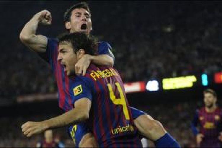 Gelandang Barcelona, Cecs Fabregas (kanan) dan Lionel Messi.