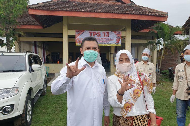 Pungkasiadi, calon bupati petahana di Pilkada Kabupaten Mojokerto, bersama istrinya, usai menggunakan hak pilihnya di TPS 13 Desa Canggu Kecamatan Jetis Kabupaten Mojokerto, Jawa Timur, Rabu (9/12/2020).