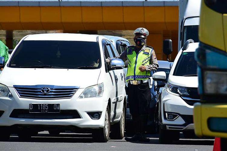 Penumpukan kendaraan terjadi saat petugas melakukan penyekatan di depan Gerbang Tol Pasteur, Kota Bandung, Jawa Barat, Selasa (6/7/2021). Selama PPKM Darurat, Kota Bandung tertutup bagi warga dari luar wilayahnya, hal tersebut dilakukan untuk menekan mobilitas masyarakat dan mengurangi penyebaran Covid-19.
