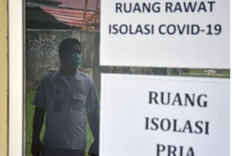 Seorang petugas berjaga di ruang rawat isolasi pasien COVID-19 di Badan Pengembangan Sumber Daya Manusia (BPSDM) Provinsi Riau, di Kota Pekanbaru
