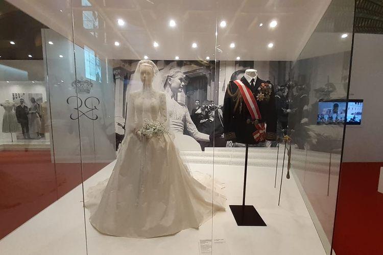 Gaun dan jas pernikahan yang dikenakan oleh Putri Grace Kelly dan Pangeran Rainier III pada hari pernikahan mereka. Barang-barang pribadi mantan aktris Hollywood ini dipamerkan di Galaxy Macao dalam pameran berjudul Grace Kelly-From Hollywood to Monaco.