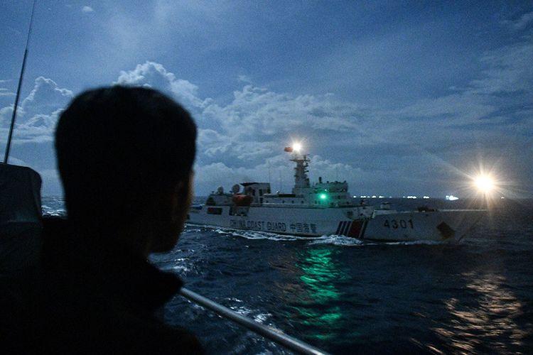 Kapal Coast Guard China-4301 membayangi KRI Usman Harun-359 saat melaksanakan patroli mendekati kapal nelayan pukat China yang melakukan penangkapan ikan di ZEE Indonesia Utara Pulau Natuna, Sabtu (11/1/2020) dini hari. Dalam patroli tersebut KRI Usman Harun-359 bersama KRI Jhon Lie-358 dan KRI Karel Satsuitubun-356 melakukan patroli dan bertemu enam kapal Coast Guard China, satu kapal pengawas perikanan China, dan 49 kapal nelayan pukat asing.