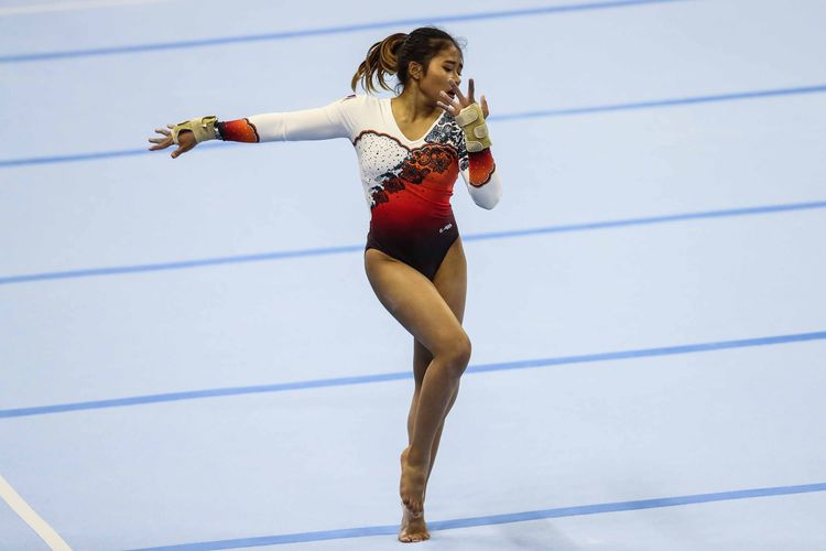 Senam Artistik putri Indonesia, Rifda Irfanaluthfi melakukan lompatan nomor senam lantai di Ninoy Aquino Memorial Stadium, Manila, Filipina, Senin (2/12/2019). Rifda Irfanaluthfi menyumbang medali perak untuk nomor all-round individual putri.