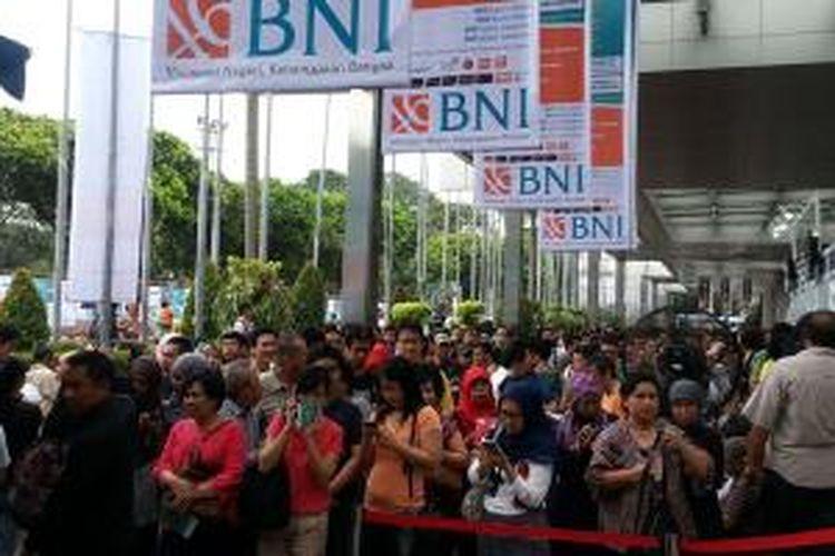 Antrean pengunjung pada pembukaan Garuda Indonesia Travel Fair (GATF) 2015 di Jakarta Convention Center (JCC) Senayan, Jakarta, Jumat (3/4/2015). GATF digelar sampai Minggu (5/4/2015).