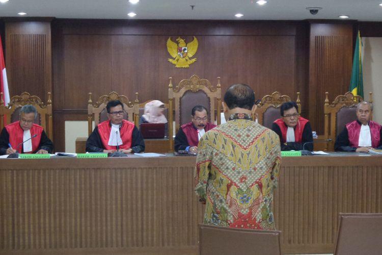 Mantan Kepala BPJN IX Maluku dan Maluku Utara, Amran HI Mustary, di Pengadilan Tipikor Jakarta, Rabu (12/4/2017).