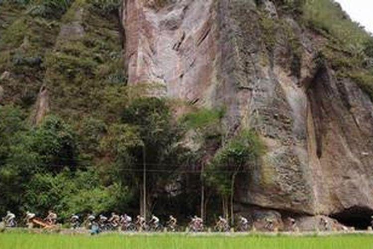 Para pebalap melintasi Lembah Harau di Kabupaten Limapuluh Kota, Sumatera Barat dalam Tour de Singkarak 2012 etape kedua Sijunjung - Lembah Harau, Selasa (5/6/2012).