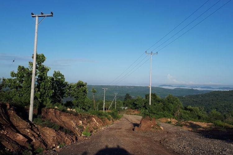 Tiang listrik berada di tengah badan jalan, ganggu pembangunan jalan Sabuk Merah Perbatasan di Kabupaten Belu, NTT.