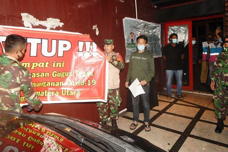 Satgas Covid-19 Mebidang mencabut spanduk penutupan di salah satu tempat hiburan malam yang ditutup karena melanggar protokol kesehatan, Kamis (15/10/2020)