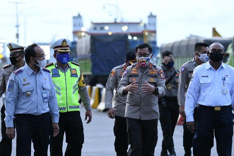 Kakorlantas Polri Irjen Pol Istiono meninjau Operasi Ketupat Covid-19 2020 di Pelabuhan Merak, Minggu (26/4/2020).