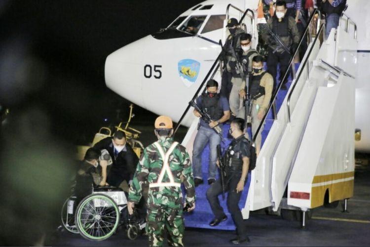 Tim pengawal menuruni tangga pesawat TNI Angkatan Udara yang mengangkut WNI yang berhasil dievakuasi dari Kabul, Afghanistan. Foto diambil di Lanud Halim Perdanakusuma, Jakarta, Sabtu (21/8/2021).