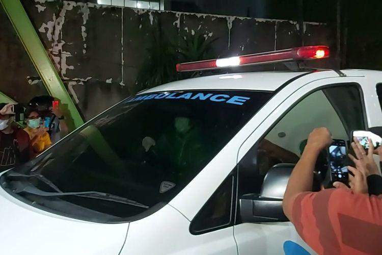 Ambulance yang membawa jenazah Glenn Fredly dari Rumah Sakit Setia Mitra, Fatmawati, Jakarta Selatan, Rabu (8/4/2020) malam.
