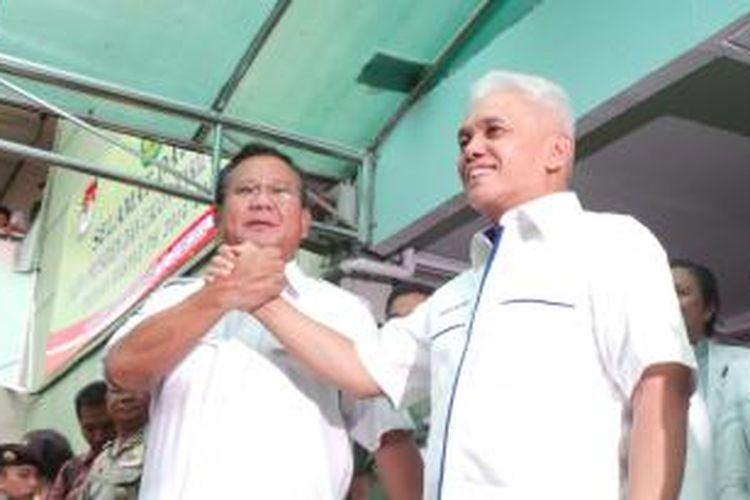 Bakal calon presiden dan wakil presiden, Prabowo Subianto dan Hatta Rajasa usai menjalani pemeriksaan di RSPAD Gatot Subroto, Jakarta, Jumat (23/5/2014).