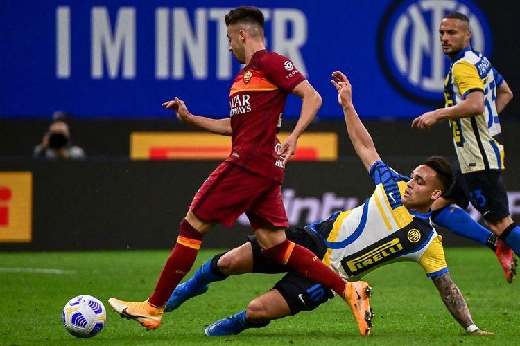 Penyerang Inter Milan, Lautaro Martinez, berusaha merebut bola dari penguasaan pemain AS Roma Stephan El Shaarawy pada laga lanjutan pekan ke-36 Liga Italia di Stadion Giuseppe Meazza, Kamis (13/5/2021) dini hari WIB.