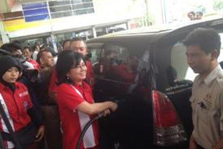 Direktur Utama PT Pertamina Karen Agustiawan memberikan pelayanan pelanggan di SPBU Jelambar Jakarta, Kamis (5/9/2013).