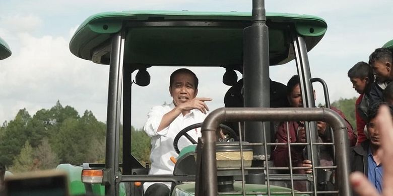 Jokowi meminta kepada Kementerian Pertanian dan seluruh Pemerintah Daerah melakukan sosialisasi moderniasi sektor pertanian