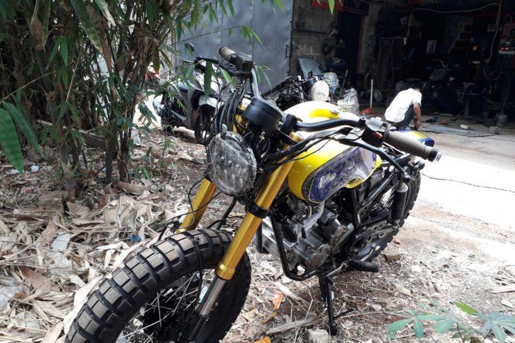 Salah satu motor custom garapan bengkel Street Arts Custom yang menggunakan suspensi Yamaha Xabre. Foto diambil di bengkel yang berlokasi di Tirtajaya, Depok itu pada Rabu (19/9/2018).