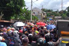 Di Tengah Corona, Ribuan Warga Berdesakan Antre Sembako di Rumah Gubernur Kaltim