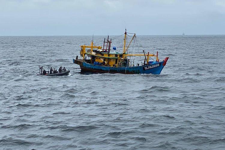 Kapal ikan asing (KIA) berbendera Malaysia diringkus oleh Satgas 115, di Perairan ZEEI, Pulau Berhala, Sumatera Utara, Kamis (12/11/2020).
