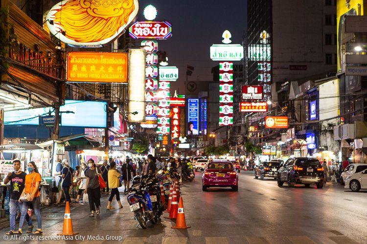 Penampakan Jalan Yaowarat yang jadi pusat jajanan pinggir jalan di Bangkok, Thailand, pasca pemberlakukan lockdown menunjukkan kondisi new normal di Bangkok