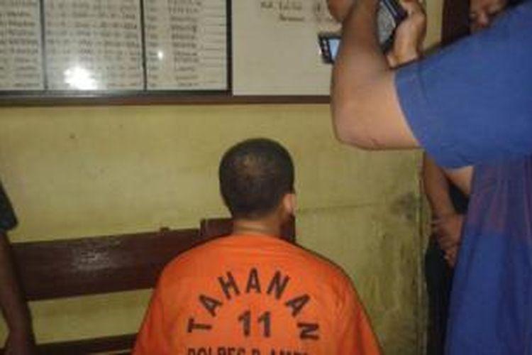BEB tersangka pembunuh pacarnya sendiri bernama Hilda Natalia Lewol (23), pegawai honorer di Rumah Sakit Khusus Daerah (RSKD) Maluku, ditahan di Polres Pulau Ambon, Senin (13/10/2014)